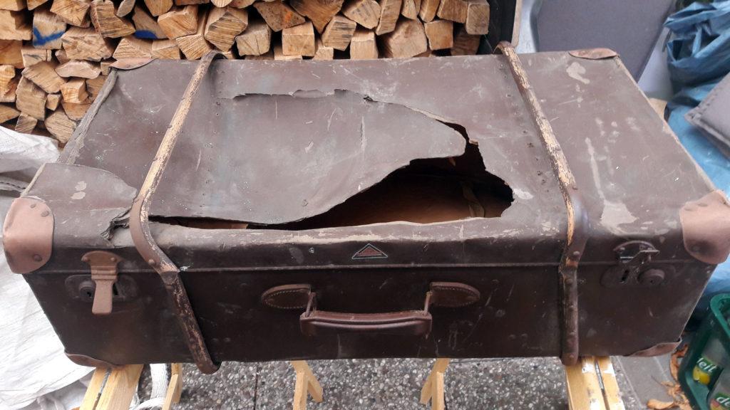 alter koffer ziemlich kaputt