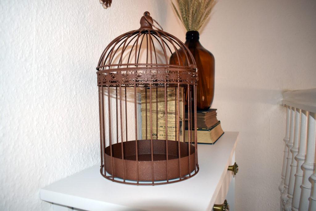 alter rostiger Vogelkaefig
