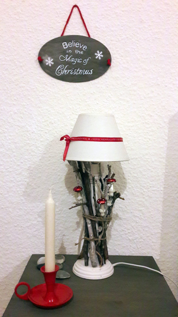 xmas deko lampe und schild magic of christmas