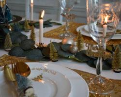 Weihnachtliche Tischdeko in Grün und Gold
