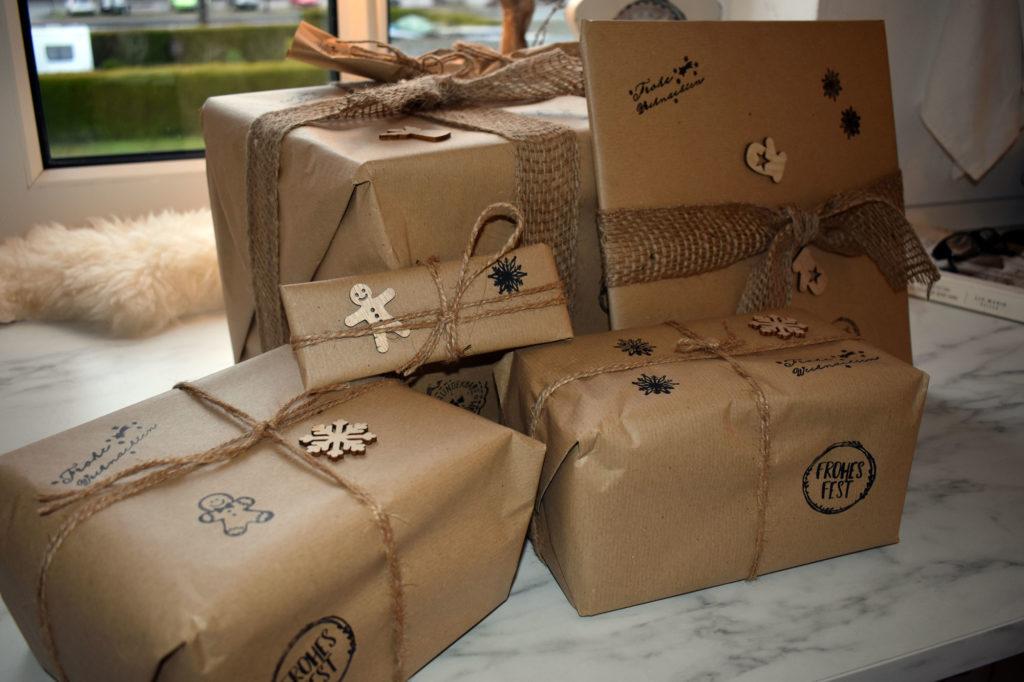 Geschenke nachhaltig verpackt mit Packpapier und Jute