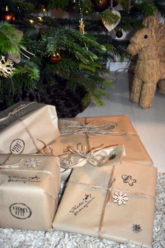 Geschenke nachhaltig mit Packpapier und Jute verpackt