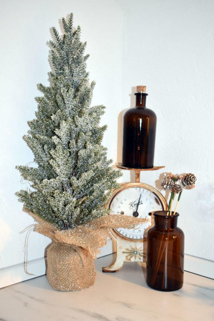 alte waage mit weihnachtsbaum