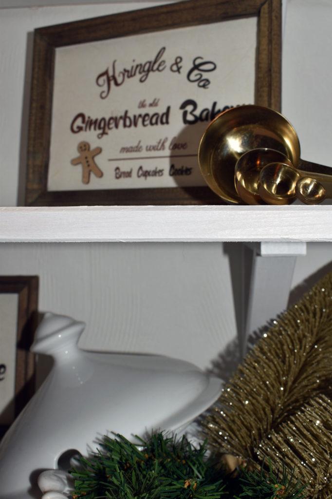 gingerbread dekoschild auf regal