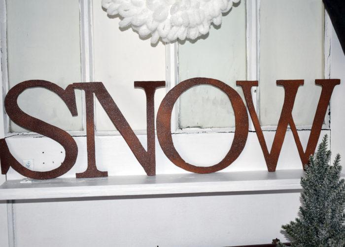 Buchstaben Snow in Metall/Rostoptik