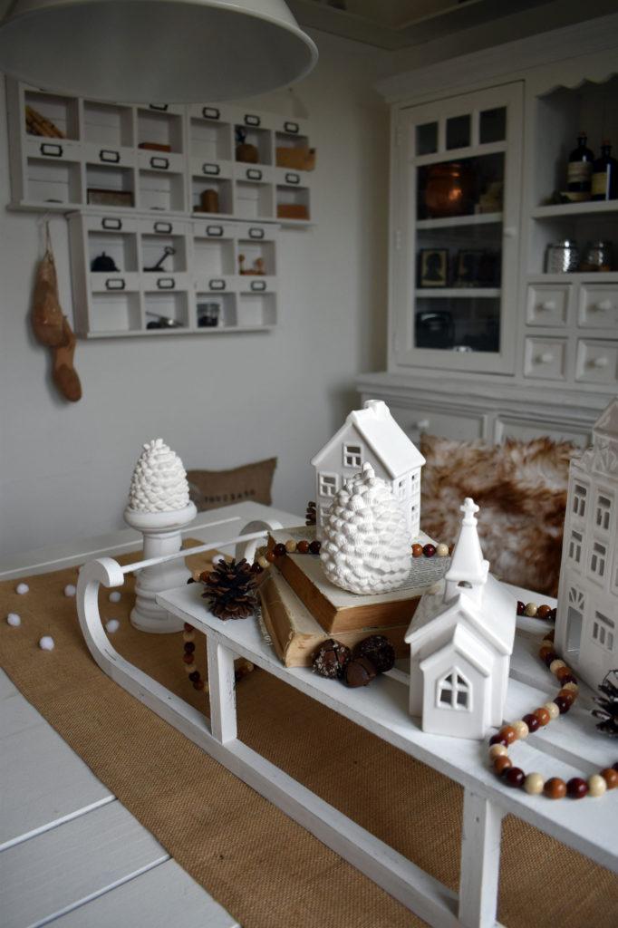 esszimmer dekorierter schlitten winterdeko landhaus