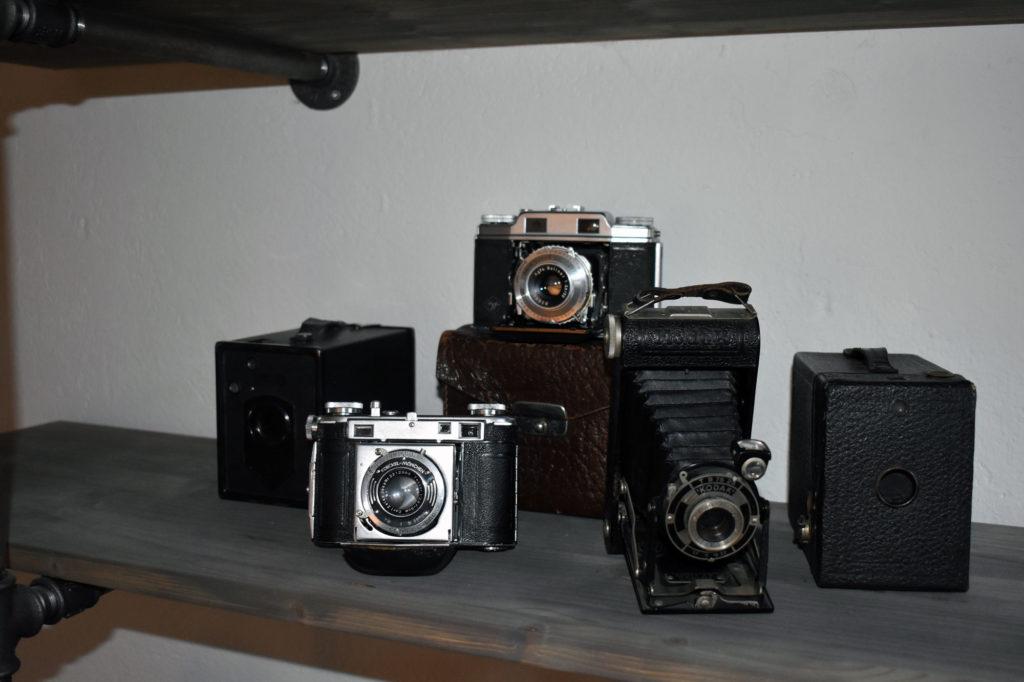 wohnzimmer industrialstyle alte kameras