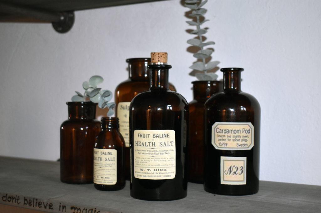 wohnzimmer deko Industrialstyle alte Flaschen